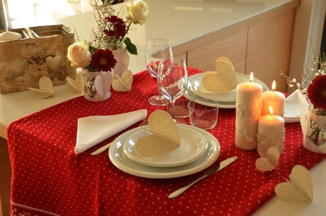 tavola con candele bianche