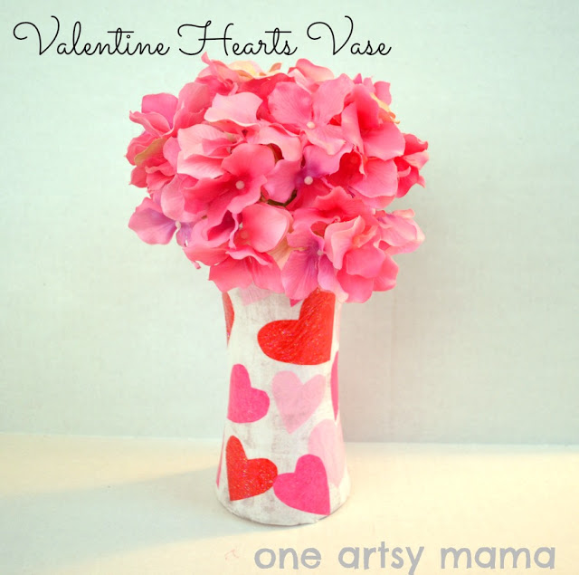 immagine vaso fiori con cuori